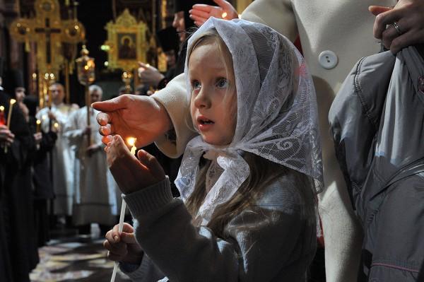 девојчица држи свећу